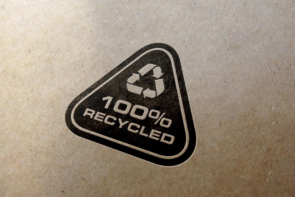 Recycling-Logo auf Papier