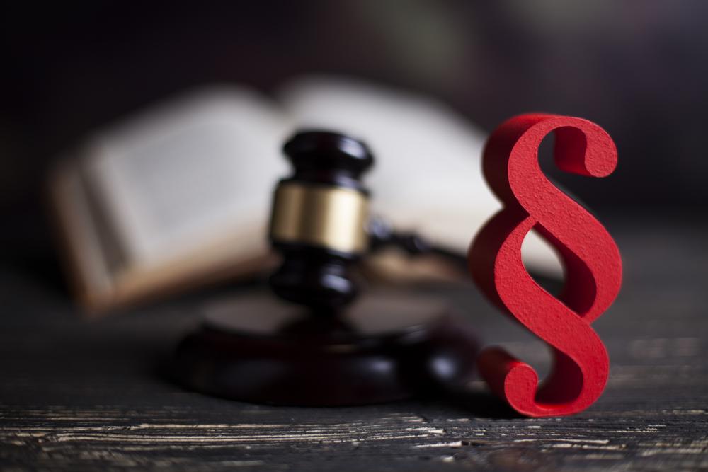 Gerichtsurteil und Paragraph-Zeichen - Thema: Außenwerbung