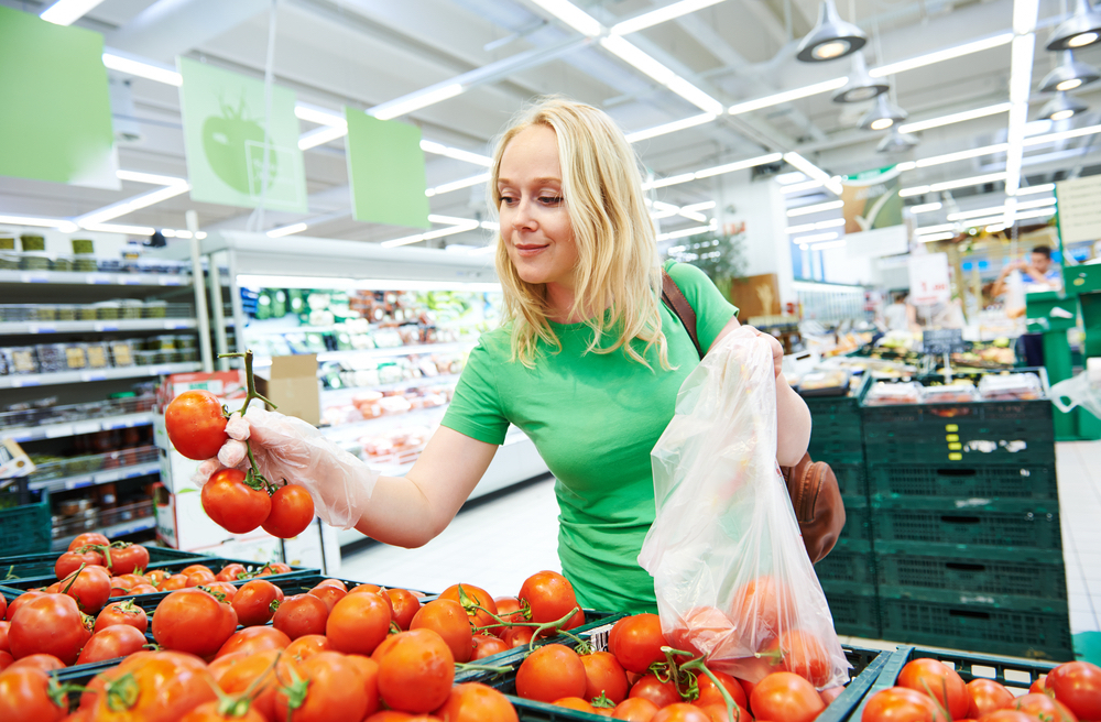 Frau im Supermarkt - PoS